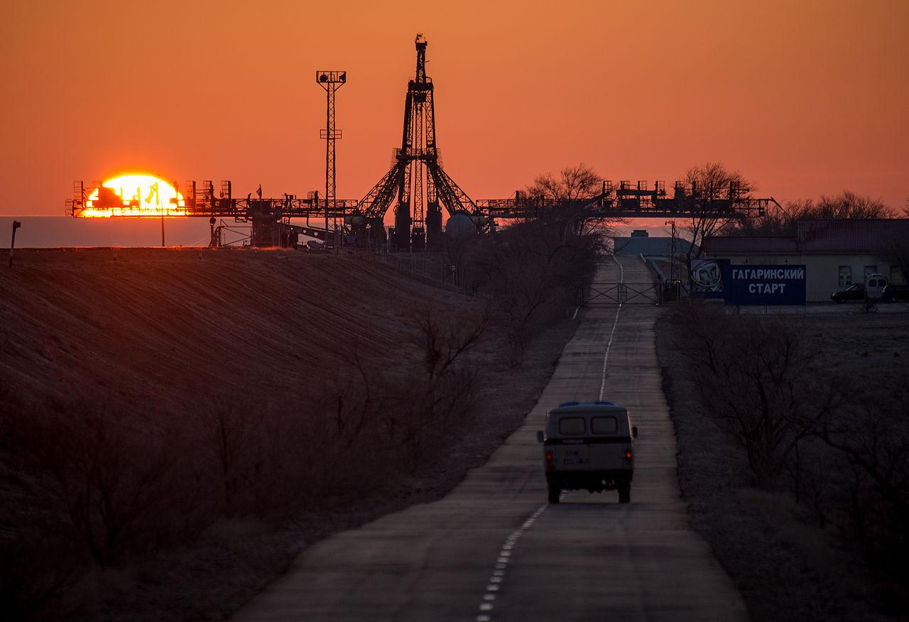 Úsvit na kozmodróme Bajkonur v Kazachstane, na ktorom sa odohrala podstatná časť deja. Zdroj.