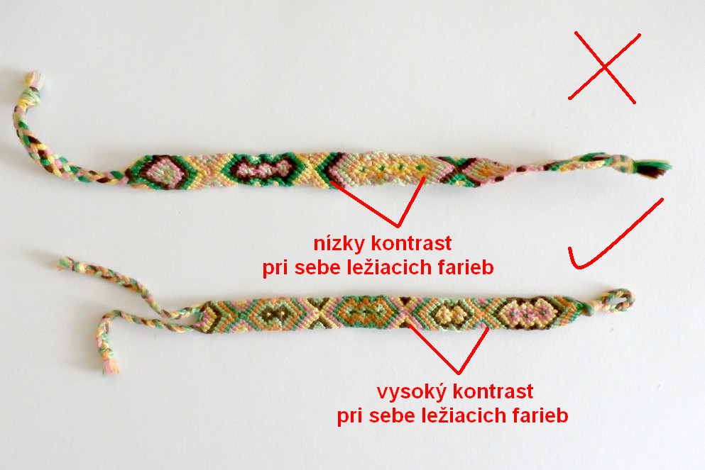 Dvojica náramkov v rovnakej farebnosti, no s iným poradím nití ukazuje, že význam poradia farieb je veľký. Na spodnom náramku možno vidieť aj typ zaväzovania s dvoma vrkôčikmi a slučkou, cez ktorú sa jeden z nich prevlečie.