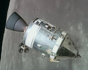 Veliteľský a servisný modul kozmickej lode Apollo na obežnej dráhe okolo Mesiaca