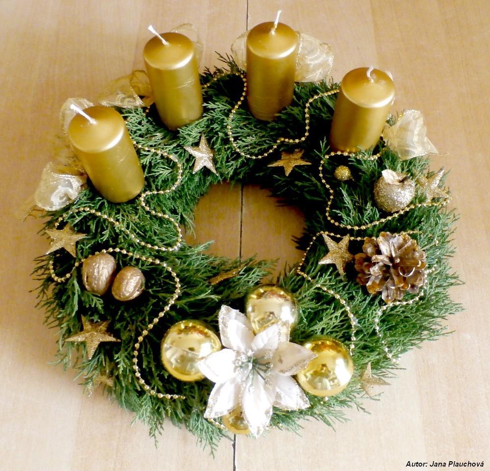 Tujový zlatý veniec s netradičným rozmiestnením sviečok. Po prvýkrát sviečky nie sú v rovnomernom štvorci, ale sú situované na jednu stranu venca, kým druhú tvorí len dekorácia. Veniec je jemnučko pozlátený.
