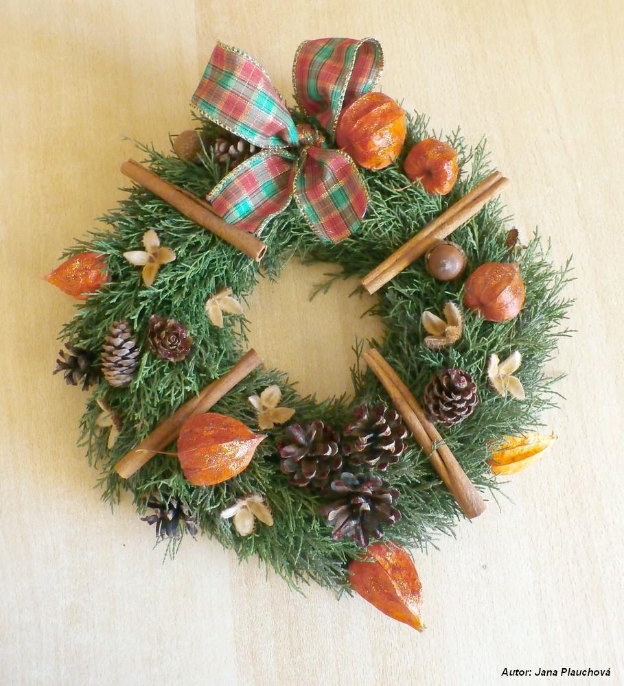 Vianočný prírodný venček. O polystyrénový kruh sú silonom priviazané tujové vetvičky a na ne pritavené ozdoby.