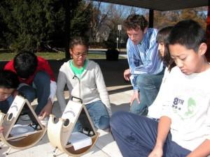 Študenti pri pozorovaní slnečných škvŕn metódou projekcie