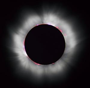Úplné zatmenie Slnka. Na tejto fotografii je dobre viditeľná fotosféra, koróna aj protuberancie.