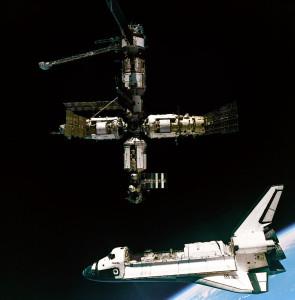 Raketoplán Atlantis krátko po odpojení sa od Miru. Ich spojenie bolo prvým spojením raketoplánu a kozmickej stanice v histórii. Snímku spravila posádka kozmickej lode Sojuz TM. Zdroj