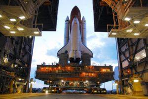 Raketoplán Discovery na mobilnej plošine opúšťa halu VAB