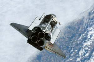 Fotografia raketoplánu Discovery z Medzinárodnej vesmírnej stanice počas manévru RPM (backflip)
