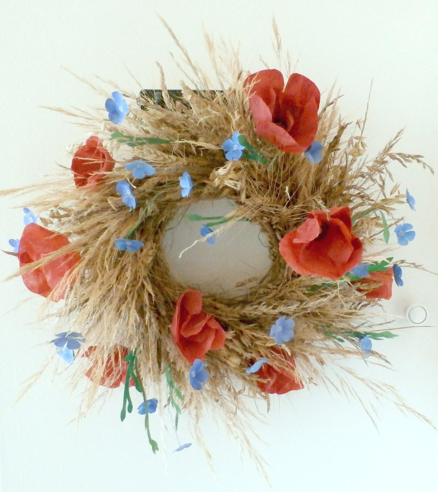 Neskorý jarný/skorý letný veniec. Kvety do neho som si vyrábala sama. Môžete si ho vyrobiť aj vy podľa návodu tu.