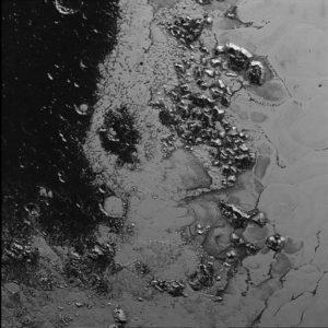 Podrobný pohľad na okraj Tombaugh Regio