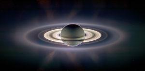 """Fotografia zhotovená sondou Cassini počas """"zatmenia slnka"""" planétou Saturn, pričom vyniklo množstvo jemných prstencov"""