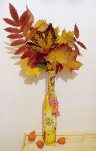 Vázička vylisovaných listov môže byť pekná jesenná dekorácia