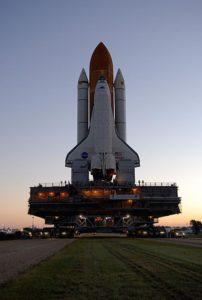 Atlantis počas prepravy na štartovaciu rampu 39-A prostredníctvom transportéra Crawler