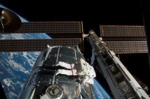 Astronaut Hans Schlegel pracuje z vonkajšej strany modulu Columbus