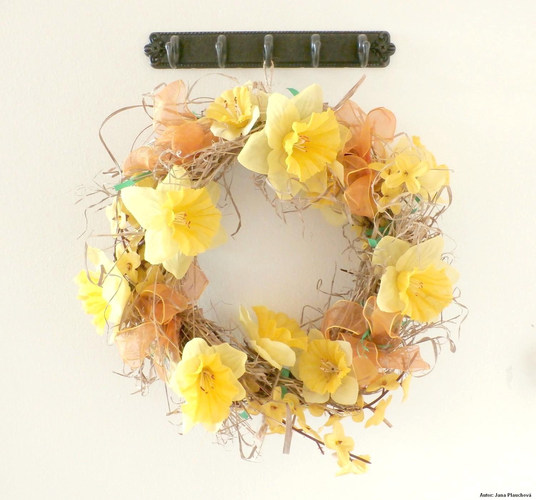 Skorý jarný alias veľkonočný veniec. Do kúpeného prúteného kruhu som pozastrkovala suchú trávu a umelé kvety. Efekt dotvárajú oranžové stuhy a kúsočky zelenej stužky.