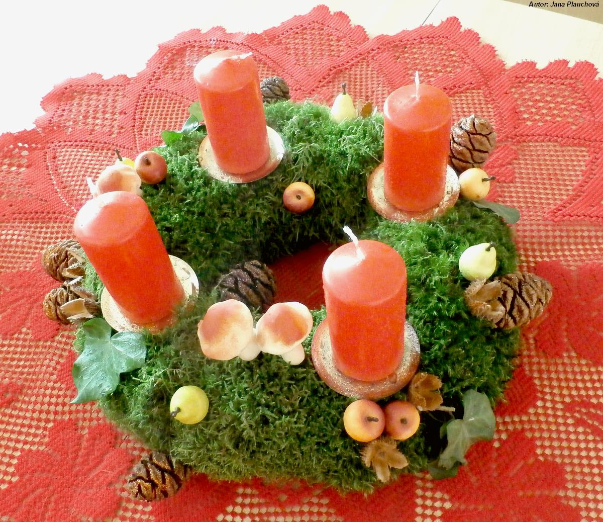 Netradičný veniec vyrobený z machu pritaveného na polystyrénový základ. Je v jesennom štýle, s umelými hubami, jabĺčkami a hruštičkami. Vianočný výzor mu dodávajú sekvojové šišky posypané trblietkami, čerstvejšie červenými, staršie (a tmavšie) hnedými.