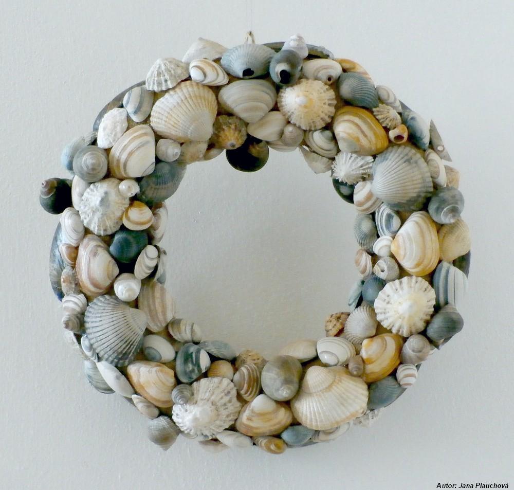 Neskorý letný veniec. Polystyrénový kruh bol natretý lepidlom a posypaný pieskom. Na tento podklad som pritavovala mušličky z pobreží Holandska a Írska.