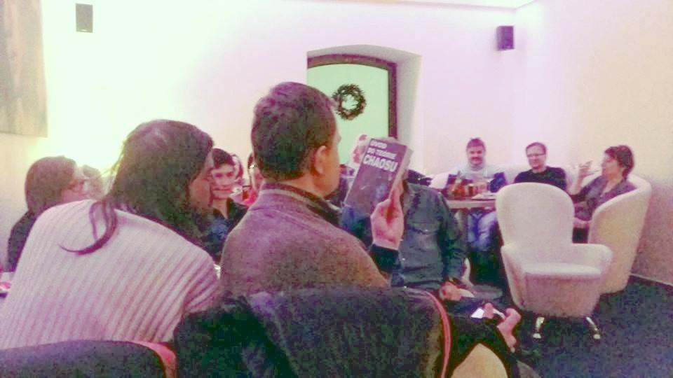 Publikum skúma rukopisnú verziu knihy... Foto: ?