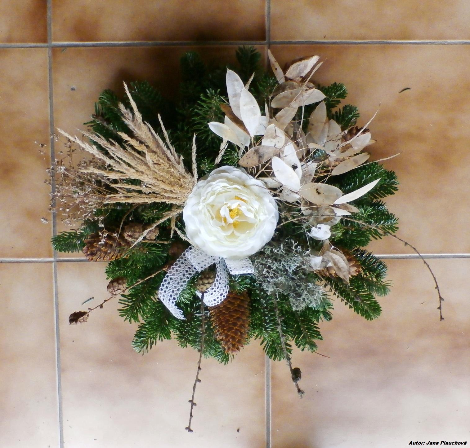 3077fd646 Vence na hroby s jediným umelým kvetom